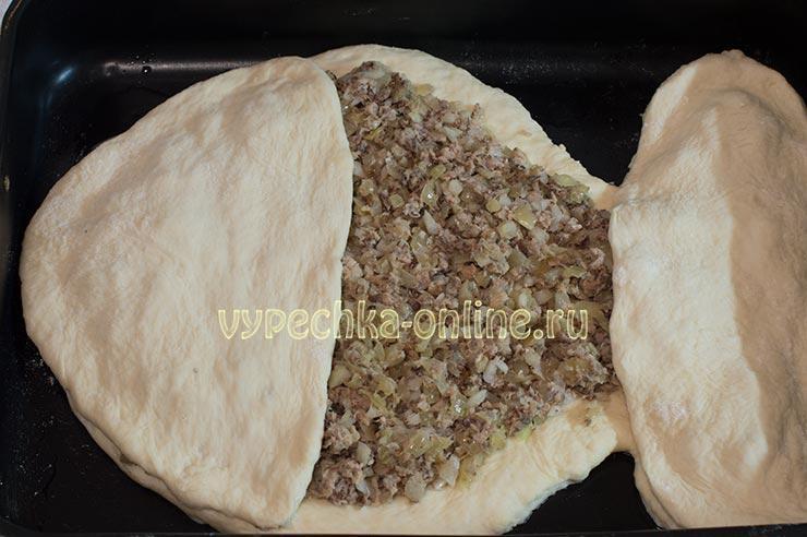 Рыбный пирог с консервами из дрожжевого теста