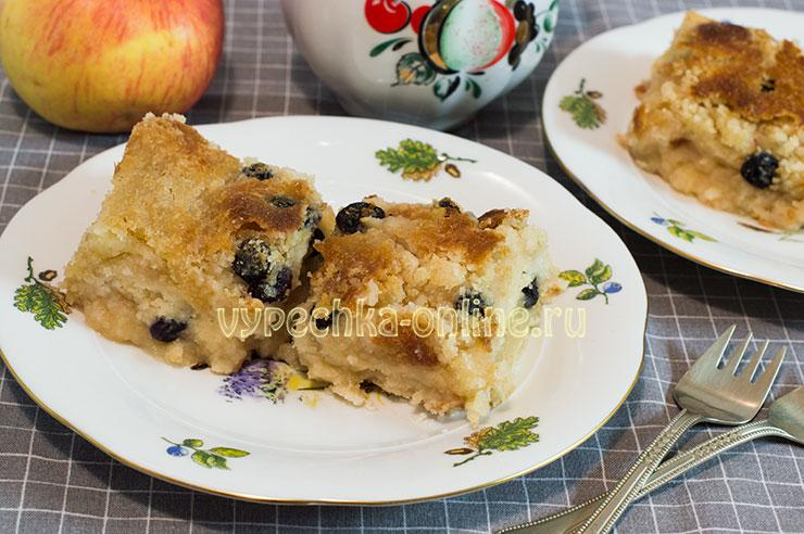 Постный пирог с яблоками и манкой