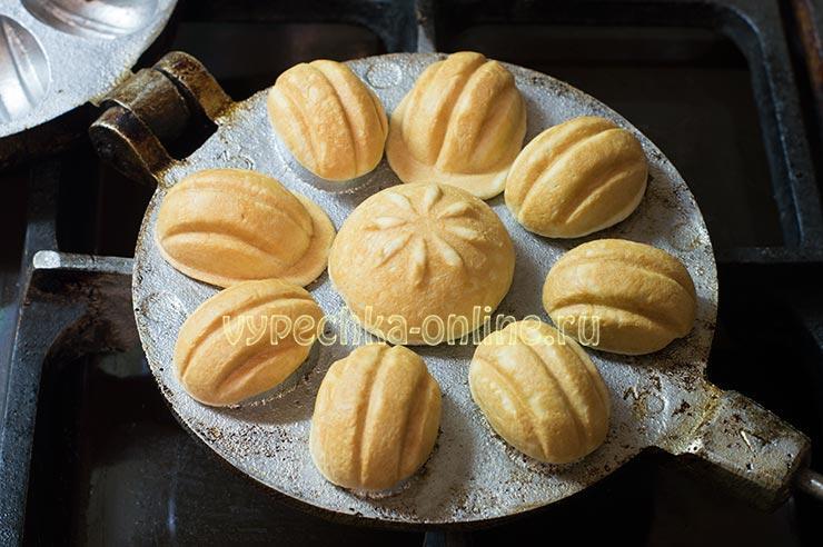 Как испечь орешки со сгущенкой в орешнице