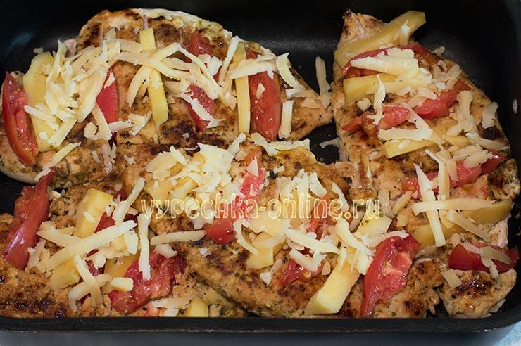 Запеченное куриное филе с помидорами и сыром