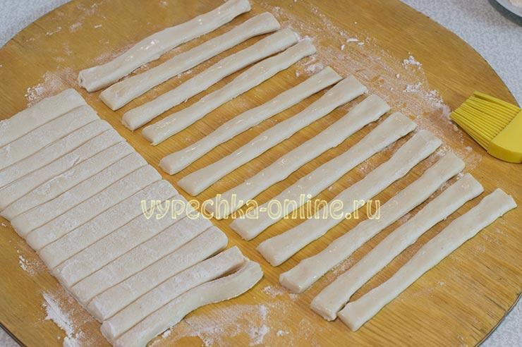 Палочки из слоеного теста с сахаром