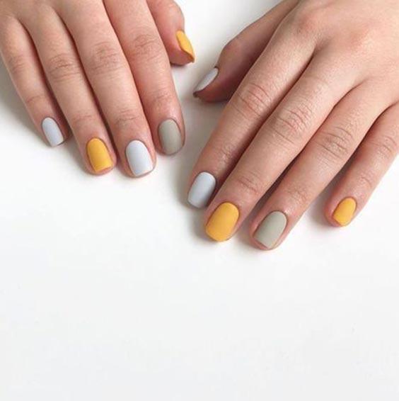 Серо-жёлтый маникюр