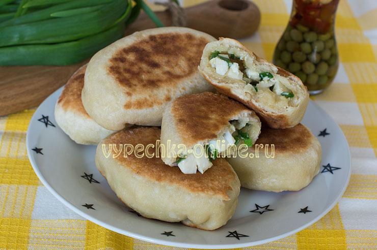 Пирожки с луком и яйцом на бездрожжевом тесте на сковороде