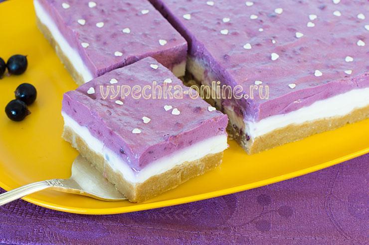 Творожный чизкейк без выпечки с печеньем и ягодами смородины