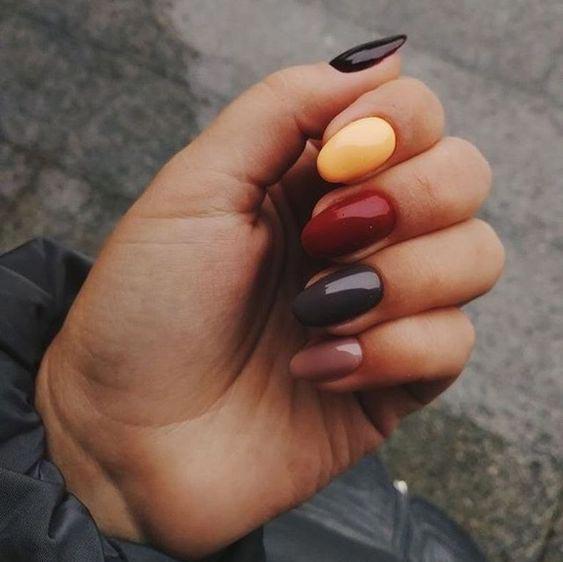 Ногти разных цветов на двух руках, на одной