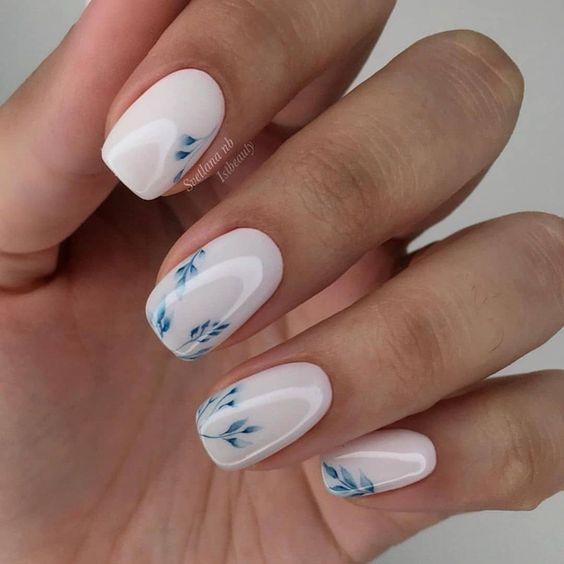 Бело-голубой дизайн ногтей фото