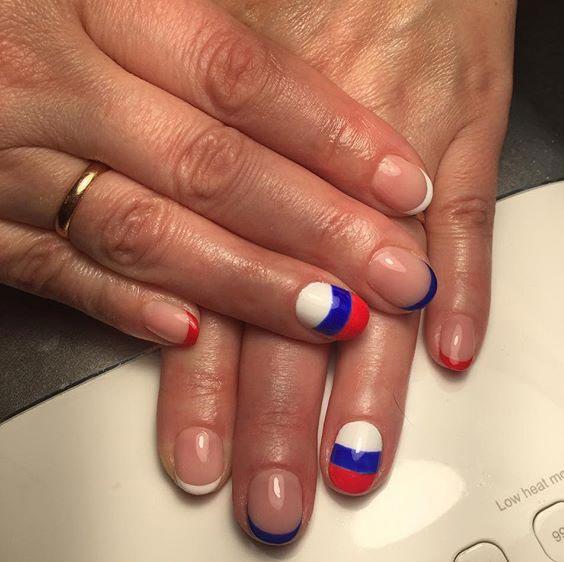 Дизайн ногтей с российским флагом