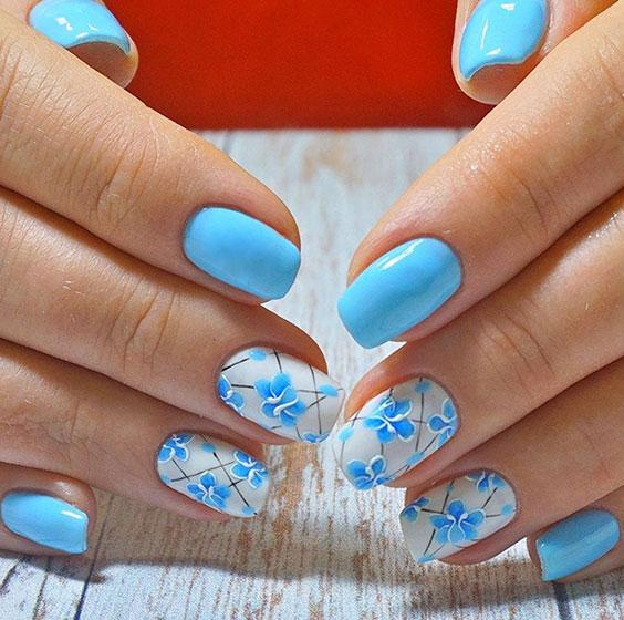 Бело-голубой маникюр с дизайном