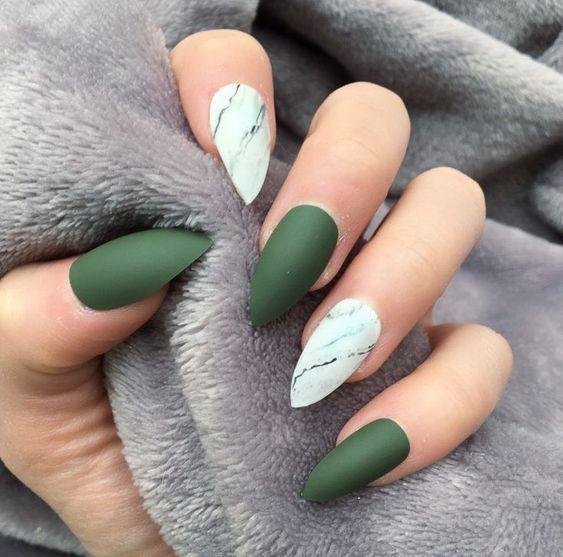 Ногти с зелёным и белым лаком