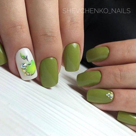 Зелёно-белый маникюр модные тенденции
