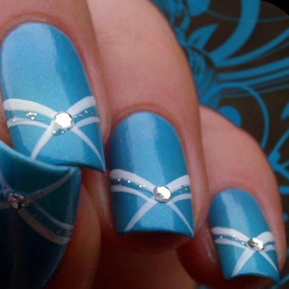 Ногти с белым и голубым лаком
