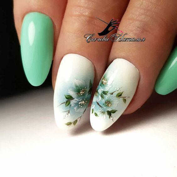 Маникюр с цветочками нежный