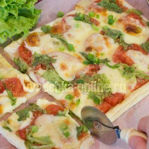 Пицца из слоёного бездрожжевого теста в духовке рецепт с фото пошагово с моцареллой и помидорами