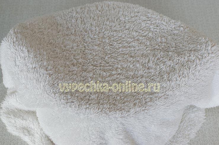 Укутала полотенцем