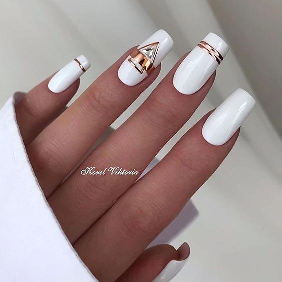 Маникюр белый с золотым – дизайн ногтей