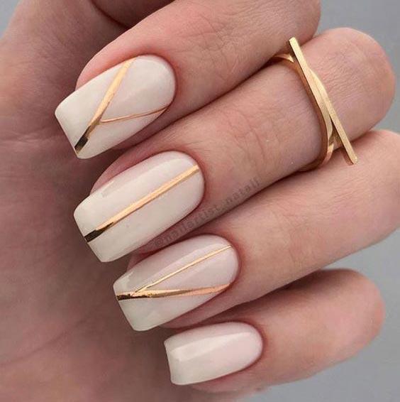 нюдовые ногти с золотом