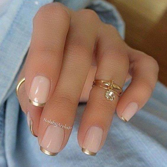 Нюдовый маникюр с золотым – дизайн ногтей с фото