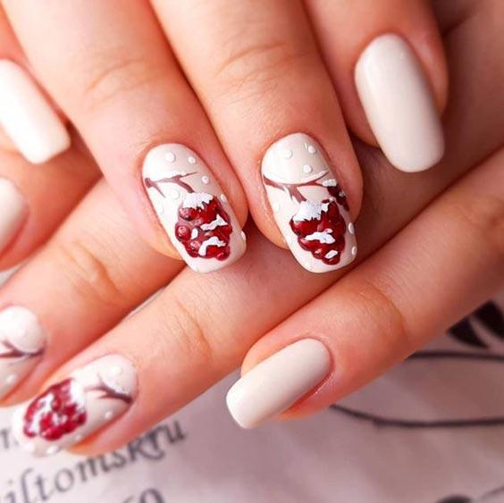 рябина на ногтях