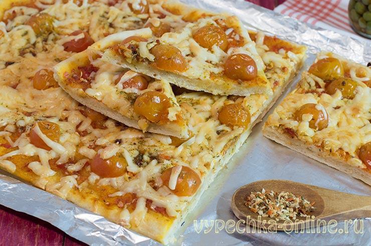 Пицца с моцареллой и помидорами рецепт