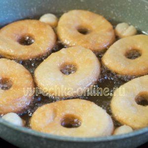 Пончики из слоёного дрожжевого теста на сковороде во фритюре без начинки – рецепт с фото