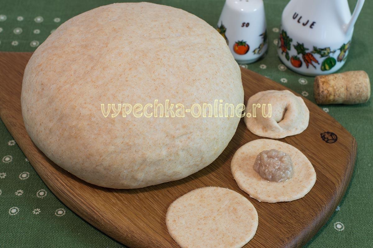 Тесто на пельмени с цельнозерновой мукой на молоке и воде – рецепт с фото