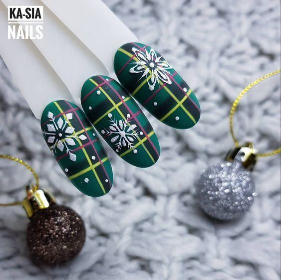 снежинки на ногтях зимний дизайн