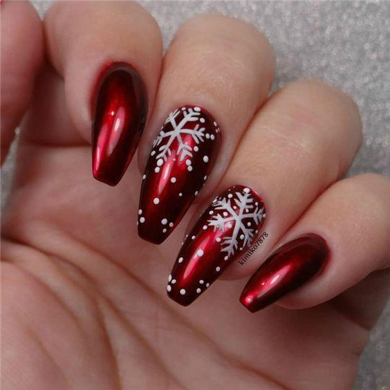 маникюр красный со снежинками