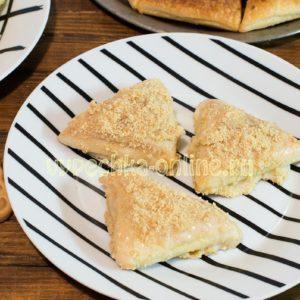Пирожное из слоёного теста с кремом со сгущёнкой (из готового дрожжевого) – рецепт с фото