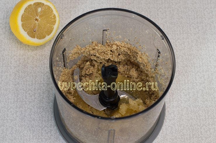 Молотые орехи, мёд