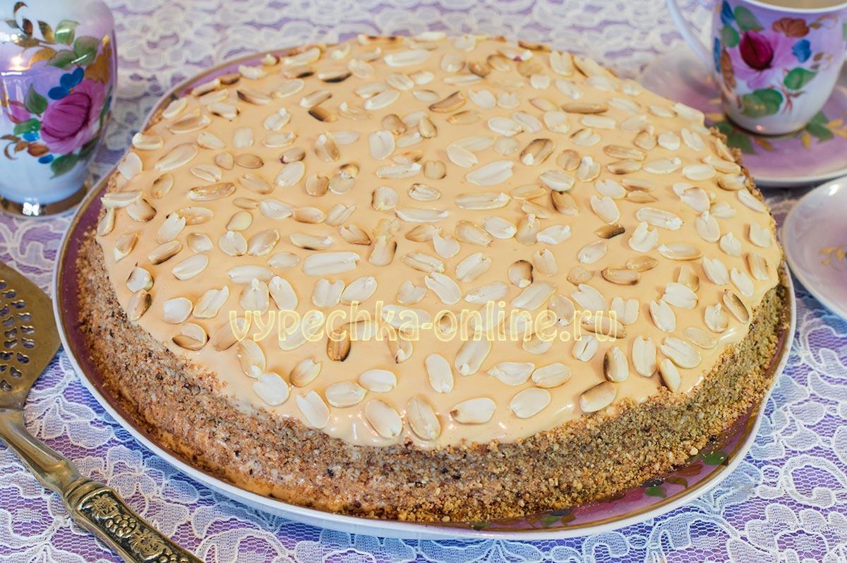 Торт из вафельных коржей с вареной сгущенкой и орехами