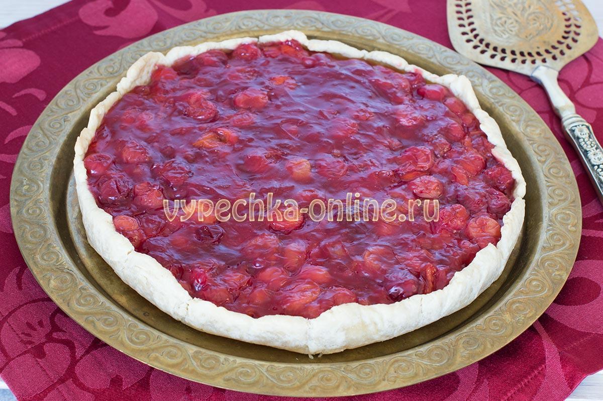 Открытый пирог с вишней из песочного теста